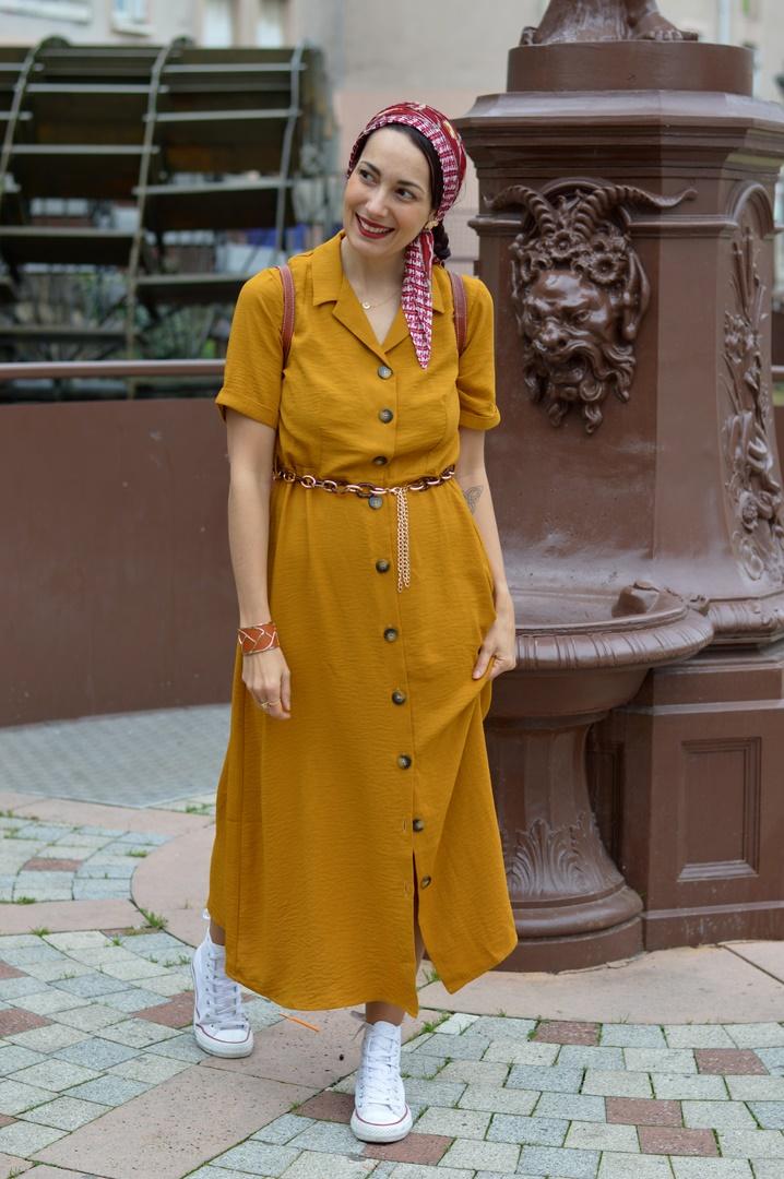 look vintage robe boutonnée moutarde